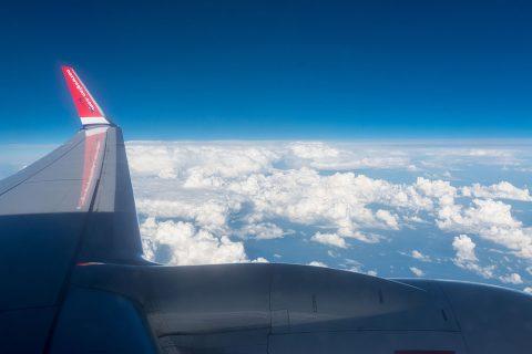Tragfläche und Blick auf Wolken, Boing 737, Flug Oslo - Berlin
